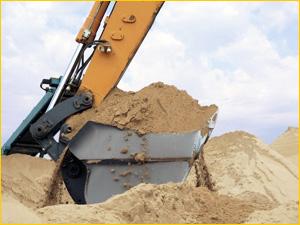 Экскаватор добывает строительный песок