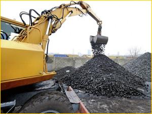 погрузка угля на базе в городе