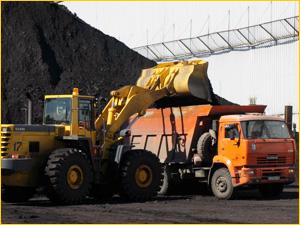Загрузка угля в кузов КАМАЗа