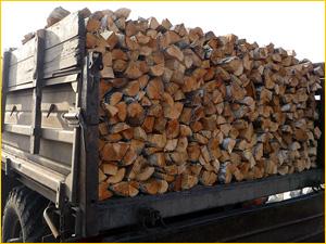Машина с колотыми березовыми дровами на доставке