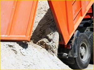 КАМАЗ разгружает песок на объекте заказчика