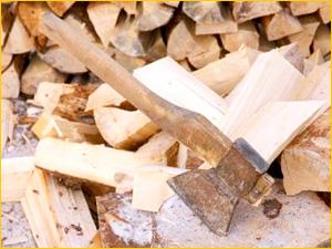 Березовые дрова и топор для дома