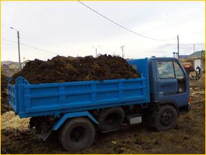 Небольшой грузовик с перегноем