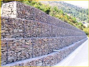 Подпорная стена из скальника и камня