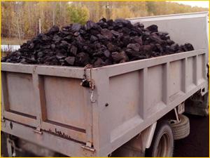 Уголь в кузове самосвала в момент доставки