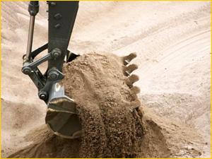 Ковш экскаватора с песком